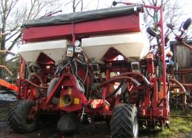 Kverneland maïszaaimachine met meststofbakken